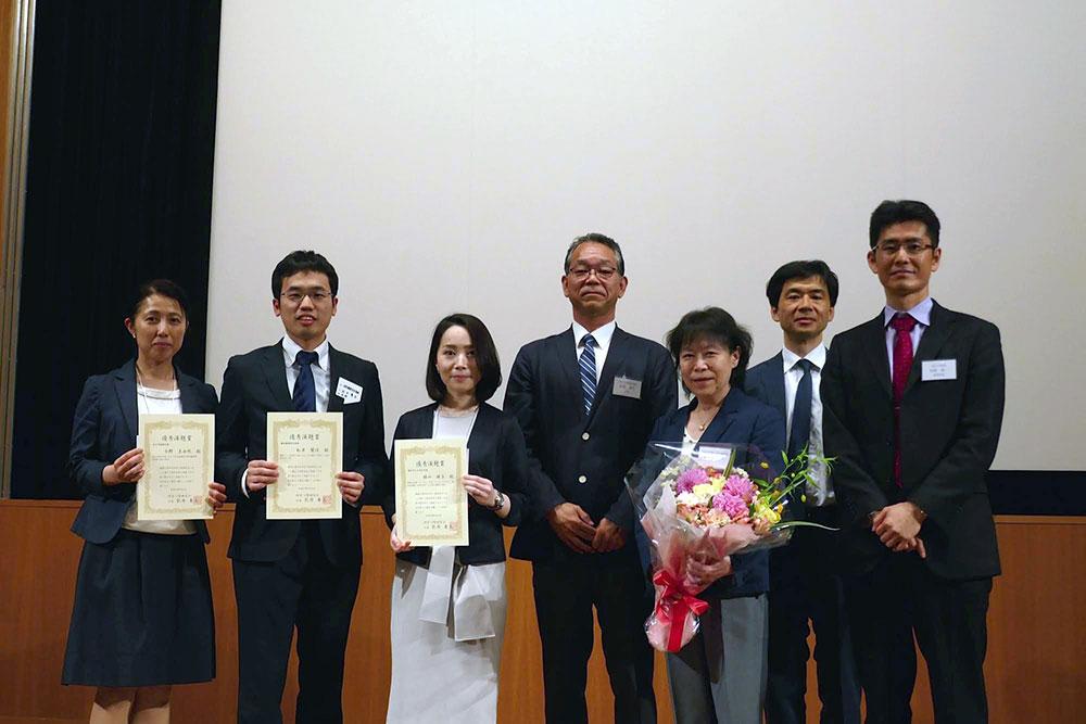 受賞者、世話人と記念撮影